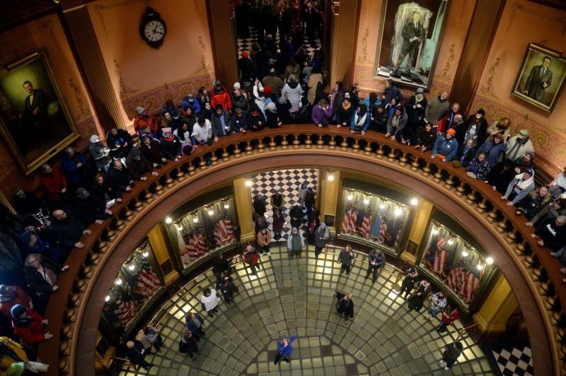 Протестующие в Капитолии штата Мичиган, в городе Лансинг, , перед голосованием выборщиков 19 декабря 2016 г.. (Фото Речел Вулф, The New York Times).