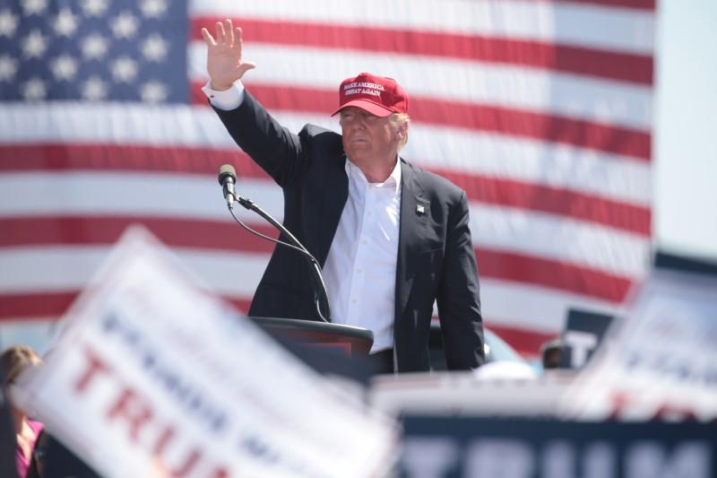 Дональд Трамп выступает перед своими сторонниками на предвыборном митинге в Фонтэйн-парке.
