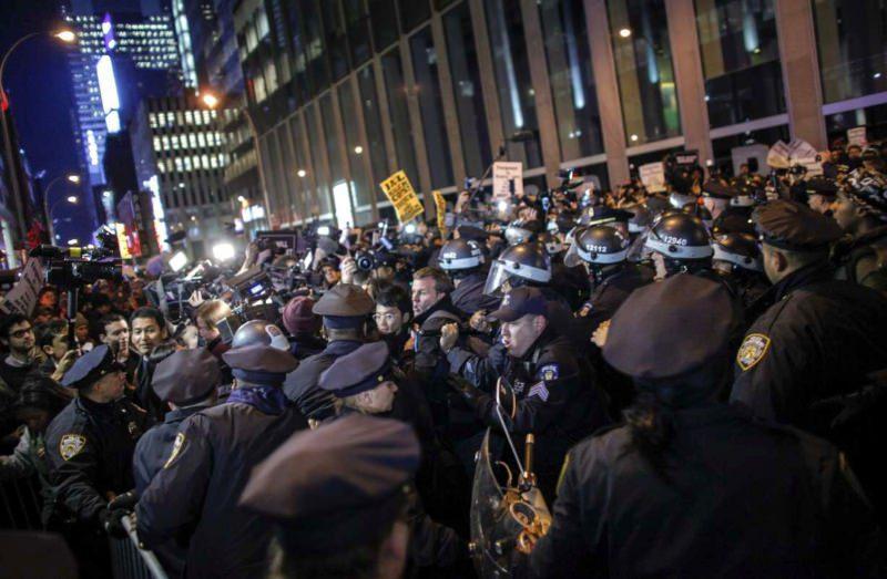 Полиция сдерживает толпу в Нью-Йорке, 14 декабря 2014