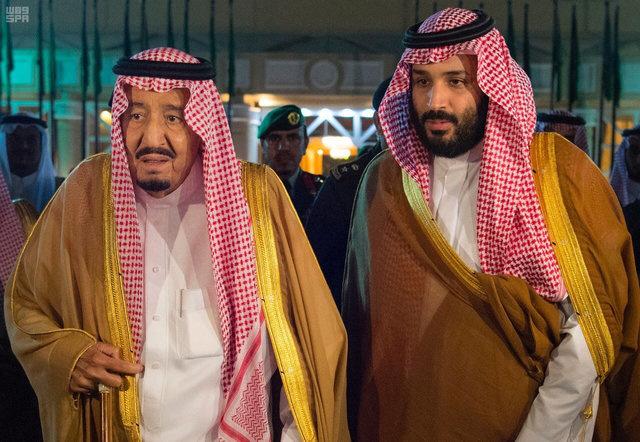 Король Саудовской Аравии Салман бин Абдулазиз Аль-Сауд со своим сыном и наследным принцем Мохаммедом бин Салманом, перед отбытием короля Салмана в Медину; Эр-Рияд, Саудовская Аравия, 8 ноября 2017 года.