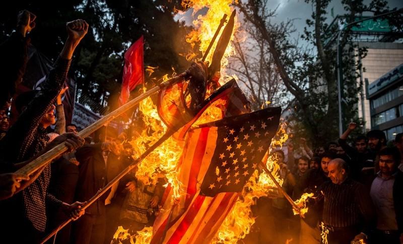 Протесты перед бывшим посольством США в Тегеране после решения США выйти из СВПД 8 мая 2018 года (Хоссейн Мерсади, «Викимедиа»).