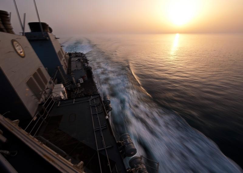Эсминец УРО «Портер» проходит Ормузский пролив, май 2012 года.