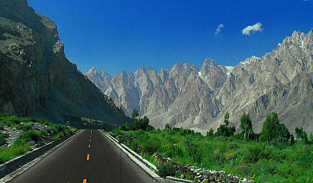 Магистраль Каракорум, связывающая Китай и Пакистан, иногда её называют Восьмым Чудом Света.