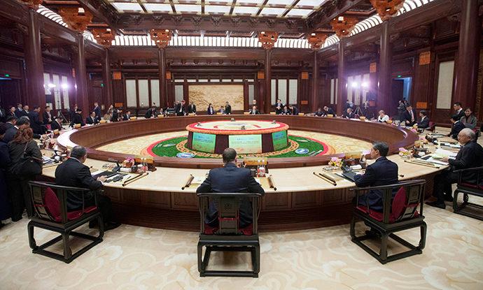 Мировые лидеры занимают места