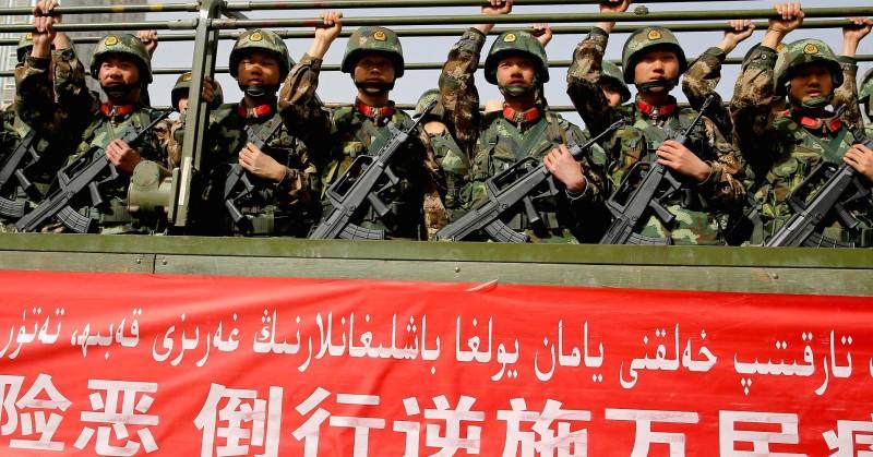 Китайская вооружённая милиция принимает присягу на анти-террористическом митинге в Хотане, на северо-западе китайского Синьцзян-Уйгурского автономного района, 27 февраля 2017г. Фото: AFP.