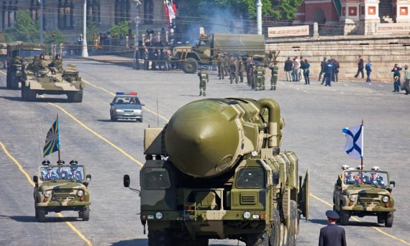 На фото тяжёлая российская ракета на подготовке к военному параду на Красной Площади в Москве 5 мая 2008 года.