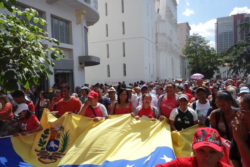 Протесты 2016 года против отстранения Чавеса и образы Боливара из Национальной Ассамблеи.