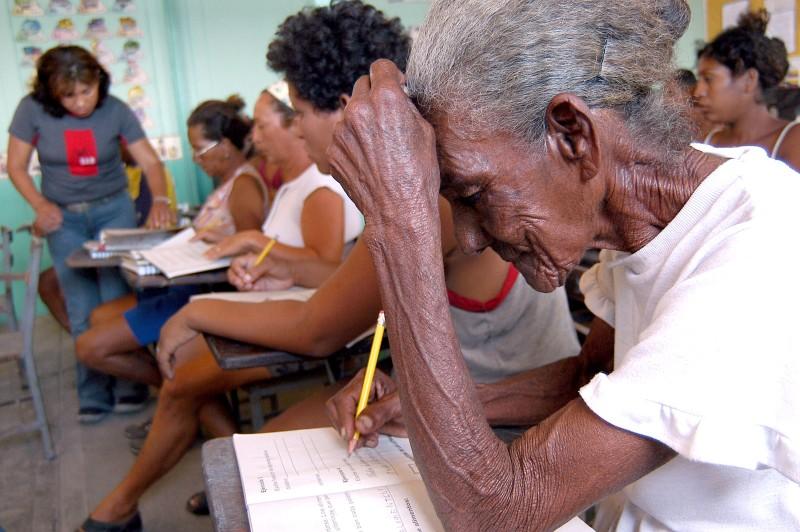 Кармен Васкес, 85 лет, учится читать и писать по программе Робинсона, Исла Барача, Анзоатег, Венесуэла, 2004год.