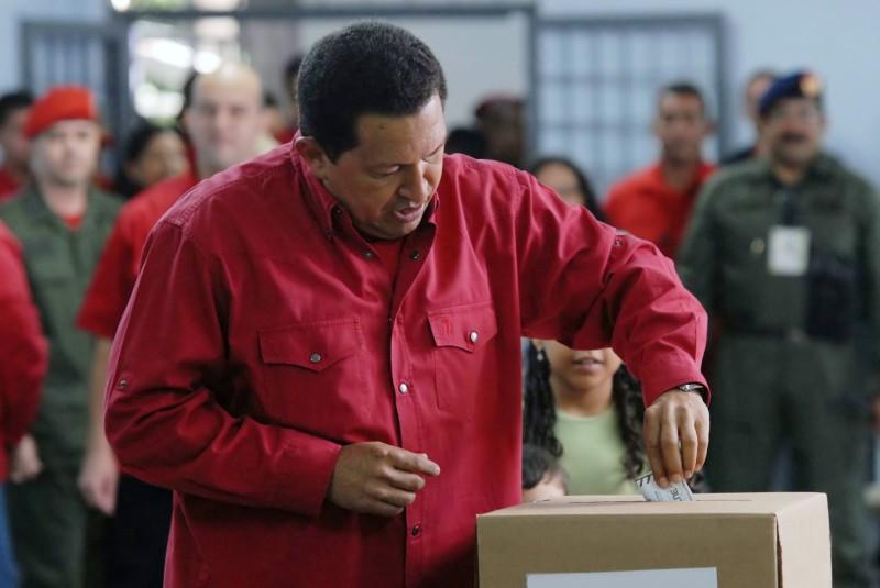 Чавес голосует в 2007году.