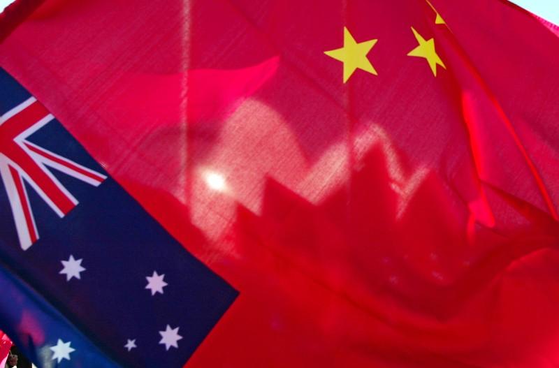 Раковины здания Сиднейского оперного театра теперь видны сквозь китайский флаг.