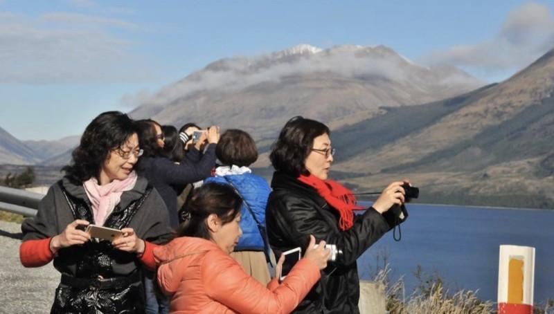 Китайские туристы фотографируют в Новой Зеландии.