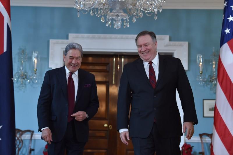 Госсекретарь США Майк Помпео приветствует заместителя премьер-министра и министра иностранных дел Уинстона Питерса в Госдепартаменте.